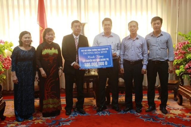 Đại diện Tổng công ty Hàng không Việt Nam trao quà của Phó Thủ tướng tới đại diện tỉnh Quảng Trị.