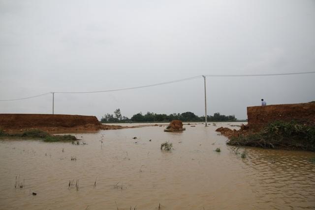 Một số đoạn đường đã bị nước lũ cuốn trôi