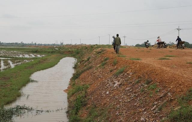 Tuyến đường được cho là yếu tố gây ngập úng cho một số địa phương, làm giảm việc thoát lũ