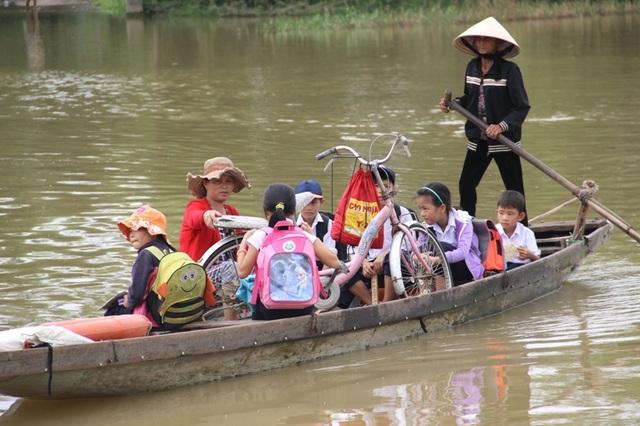 Đò là phương tiện vượt sông cho hàng chục học sinh sống bên kia dòng sông Ô Lâu