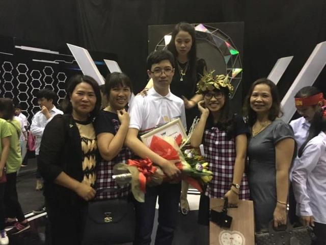 Khoảnh khắc em Minh bước lên bục cao của cuộc thi Qúy I, có sự góp mặt của cô giáo chủ nhiệm và mẹ của em