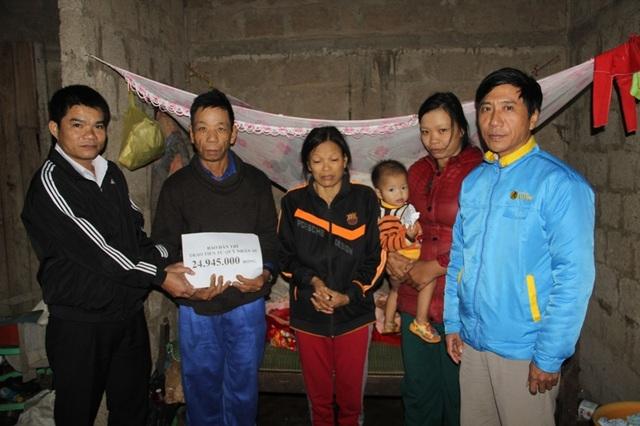 Ông Trần Quốc Vương, Phó Bí thư Đảng ủy xã Trung Sơn đã trao tận tay số tiền 24.945.000 đồng đến anh Liêm, chị Liên