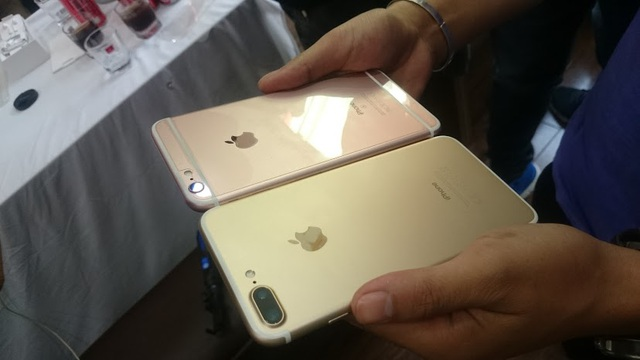 iPhone 7 đặt cạnh iPhone 6s Plus (hồng)