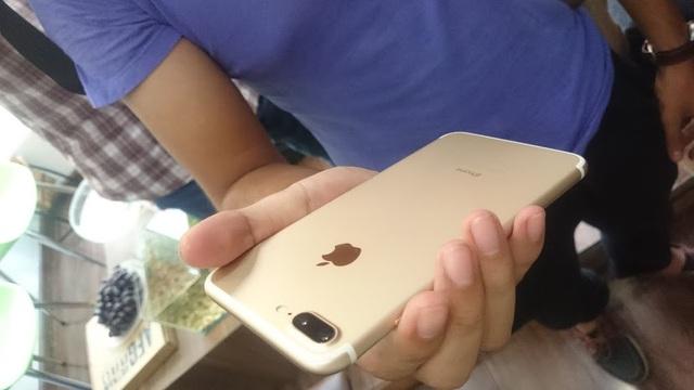 Thử nghiệm khả năng chống nước của iPhone 7 Plus ngày ra mắt tại Hà Nội - 4
