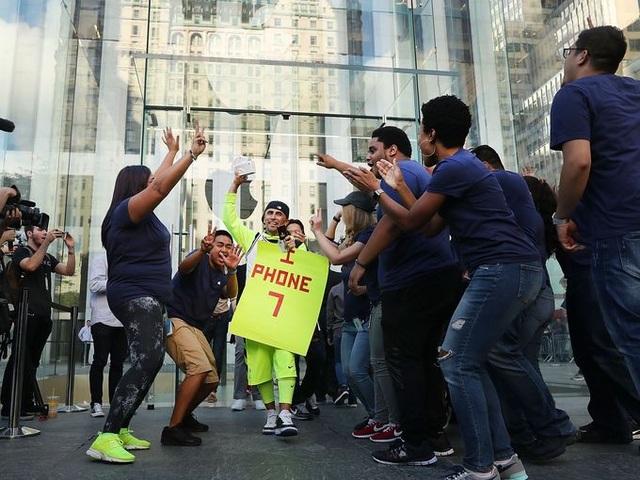 Spencer Platt, một trong những người dùng đầu tiên sở hữu iPhone 7 tại Mỹ bước ra khỏi cửa hàng Apple store tại Manhattan ngày 16/9.