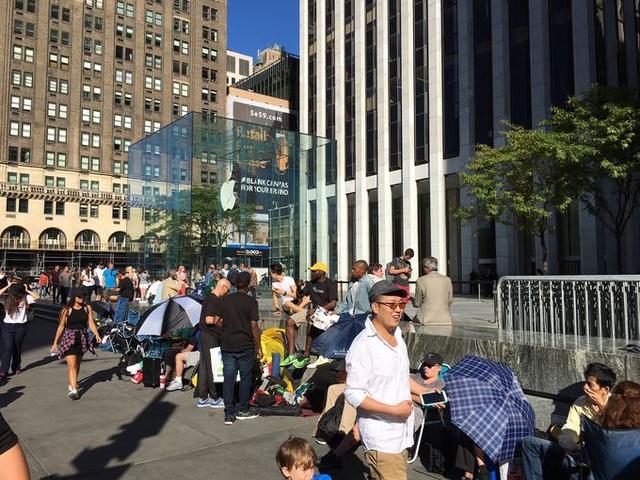 Cảnh tượng đông đúc quen thuộc mỗi khi Apple tung ra iPhone mới tại cửa hàng ở New York
