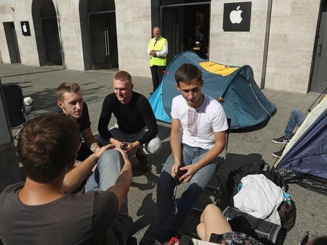 Một nhóm người dùng khác đã tổ chức cắm trại trước một cửa hàng Apple store Berlin, Đức trước ngày ra mắt iPhone 7