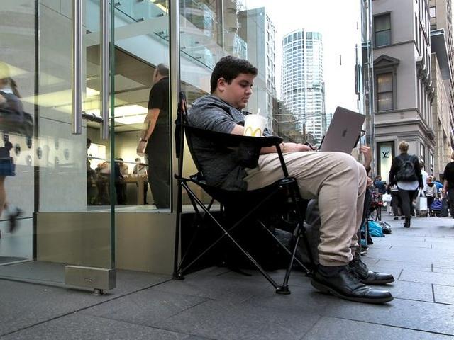 Marcus Barsoum mới chỉ 16 tuổi nhưng đã sớm thành tín đồ của Apple khi sở hữu hàng loạt các sản phẩm của công ty, từ iPhone, iPad, MacBook,... Trong ảnh, Marcus đang ngồi chờ trước Apple store tại Sydney, Úc vài giờ trước khi mở bán iPhone 7