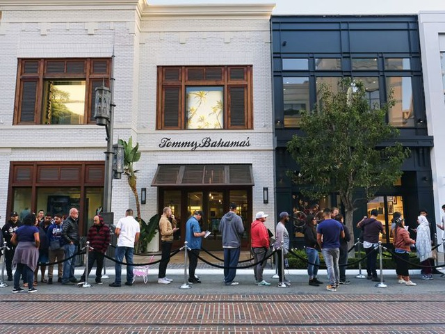 Người dùng xếp hàng dài để mua iPhone 7 và Apple Watch tại phố Grove, Los Angeles