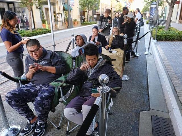 Nhân viên tại nhiều cửa hàng Apple store thậm chí chuẩn bị sẵn ghế ngồi và cà phê cho khách ngồi chờ tới lượt