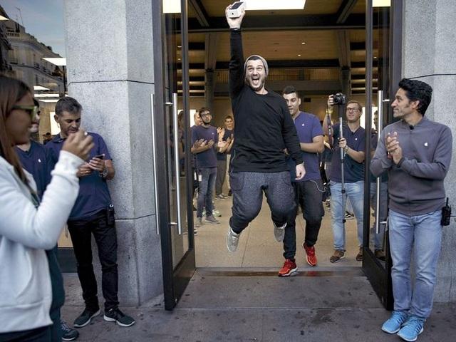 Alex Torodache, một trong những người dùng đầu tiên mua được iPhone 7 tại Tây Ban Nha, không dấu được niềm vui sướng khi bước ra khỏi một Apple store tại Madrid.
