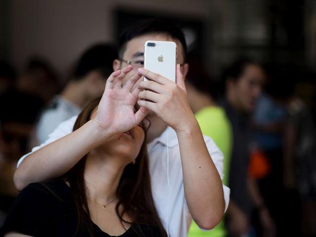 Một cặp đôi người Trung Quốc ngay lập tức đã thử nghiệm khả năng chụp ảnh của chiếc iPhone 7 Plus trong ngày đầu tiên bán ra tại Thượng Hải
