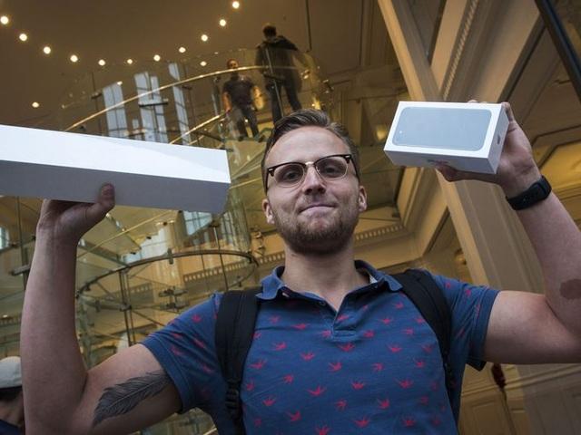Một sinh viên IT đã vinh dự sở hữu chiếc iPhone 7 đầu tiên tại Hà Lan sau khi chính thức lên kệ ở Amsterdam.