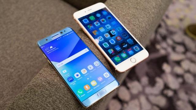Samsung Galaxy Note7 (trái) đặt cạnh iPhone 7