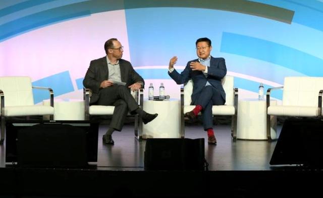 Gregory Lee - CEO Samsung tại chi nhánh Bắc Mỹ (trái)
