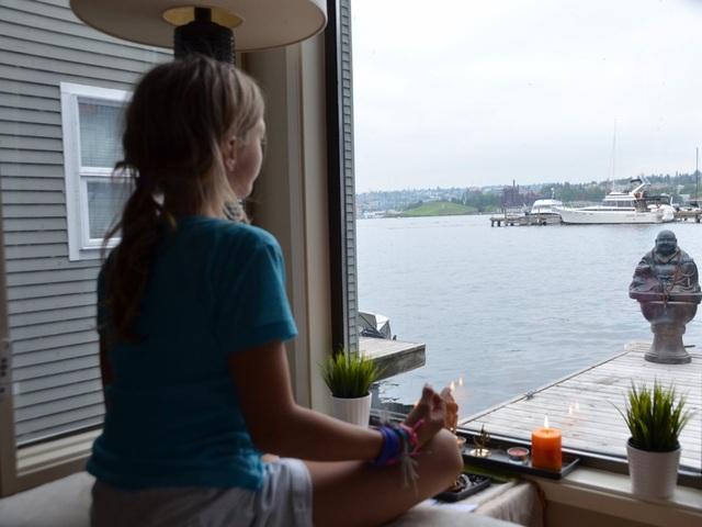 Giờ đây mỗi khi thức dậy, ông sẽ được chiêm ngưỡng cảnh đẹp của hồ Lake Union và khu buôn bán Seattle ngay tại giường ngủ. Motte cho biết ông thường cùng gia đình ngồi thiền mỗi sáng.
