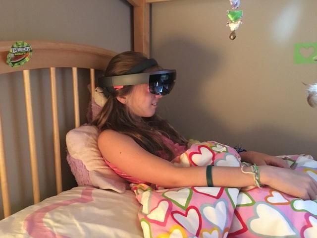 Motte lý giải: Dưới tác động của ánh sáng mặt trời, những hình ảnh 3D trên kính thực tế ảo trở nên khó được lồng ghép và thấy rõ.
