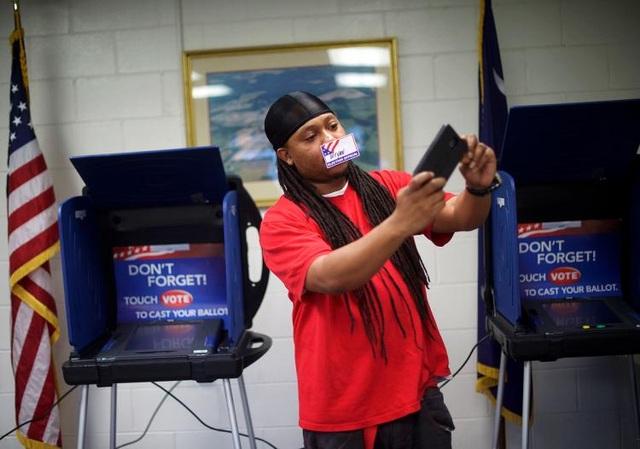 """Chụp ảnh """"tự sướng"""" khi bỏ phiếu là phạm pháp tại nhiều bang của Mỹ - 1"""
