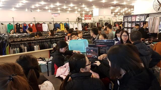 Người Hà Nội đổ xô đi mua đồ giảm giá ngày Black Friday - 7