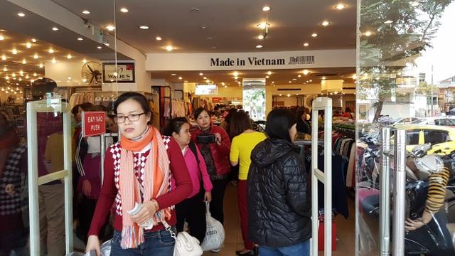 Người Hà Nội đổ xô đi mua đồ giảm giá ngày Black Friday - 11
