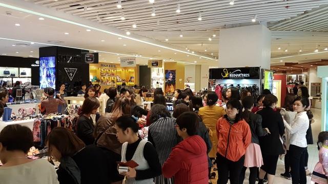 Biển người xuất hiện tại các khu mua sắm trong ngày Black Friday