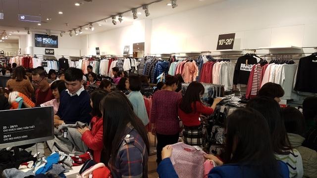 Người Hà Nội đổ xô đi mua đồ giảm giá ngày Black Friday - 18