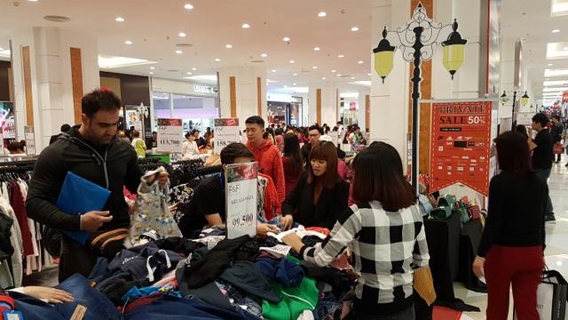 Người Hà Nội đổ xô đi mua đồ giảm giá ngày Black Friday - 19