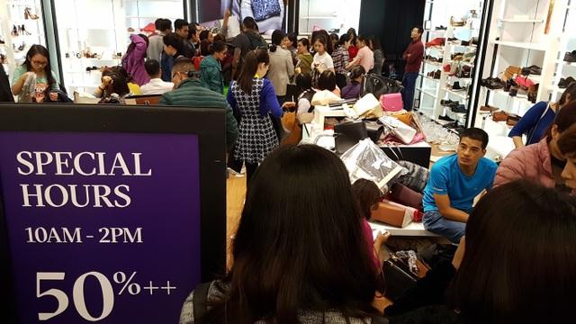 Người Hà Nội đổ xô đi mua đồ giảm giá ngày Black Friday - 20