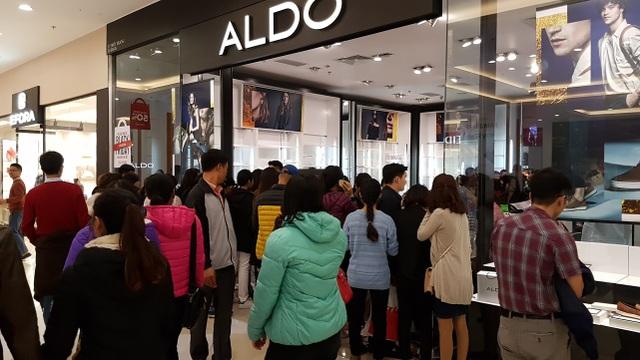 Các shop quần áo luôn đặc biệt thu hút người mua hàng với các hình thức giảm giá mạnh