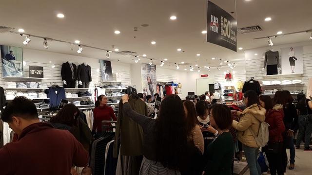 Người Hà Nội đổ xô đi mua đồ giảm giá ngày Black Friday - 16