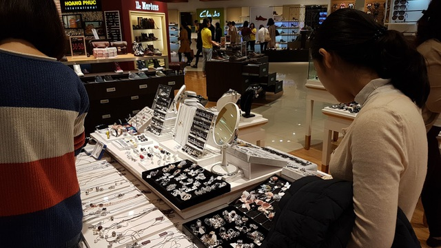 Người Hà Nội đổ xô đi mua đồ giảm giá ngày Black Friday - 2