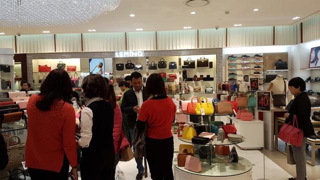 Người Hà Nội đổ xô đi mua đồ giảm giá ngày Black Friday - 4