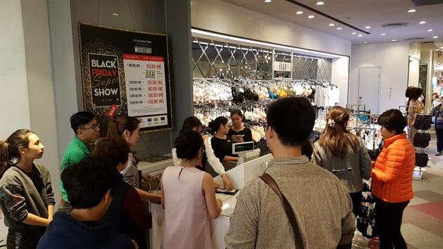 Khu vực thanh toán luôn trong tình trạng quá đông khách chờ