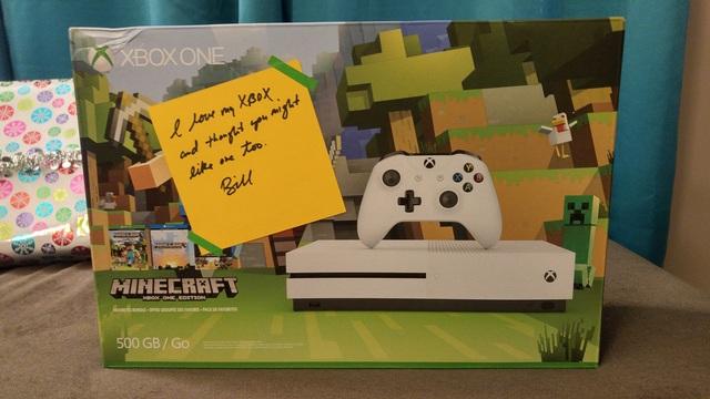 Và đây là một máy chơi game Xbox phiên bản Minecraft thứ thiệt, tặng kèm đĩa trò chơi