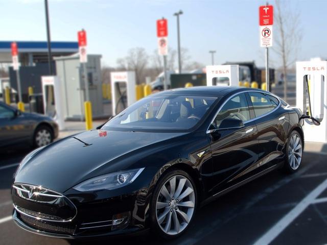 Tesla bị chỉ trích nặng nề vì một chiếc Model S gây tai nạn chết người