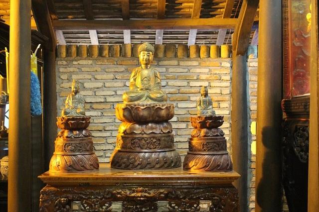 Bộ tượng tam thế phật được cho có niên đại từ thời nhà Trần