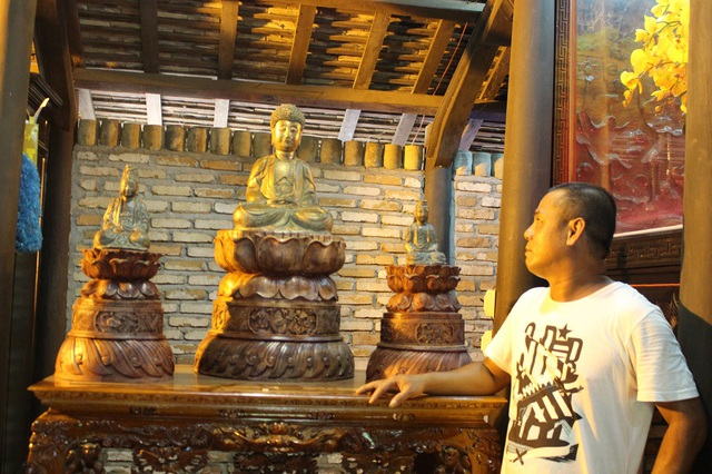 Anh Lộc đang giới thiệu về bộ tượng cho PV Dân trí trong một ngôi nhà cổ kiểu Huế 5 gian 2 chái