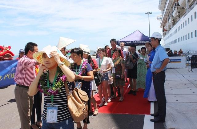 Du khách lên Cảng quốc tế Cam Ranh chuẩn bị tham quan TP biển Nha Trang