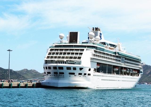 Tàu Legend of the Seas ghé thăm cảng Quốc tế Cam Ranh