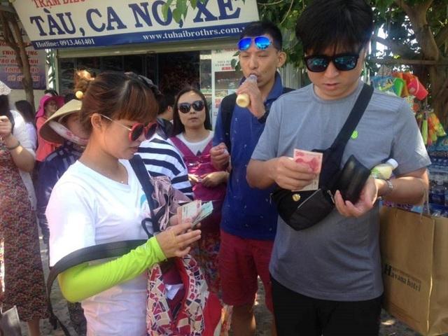 Trao đổi đồng nhân dân tệ tại Cảng Cầu Đá, TP Nha Trang (ảnh H.T)