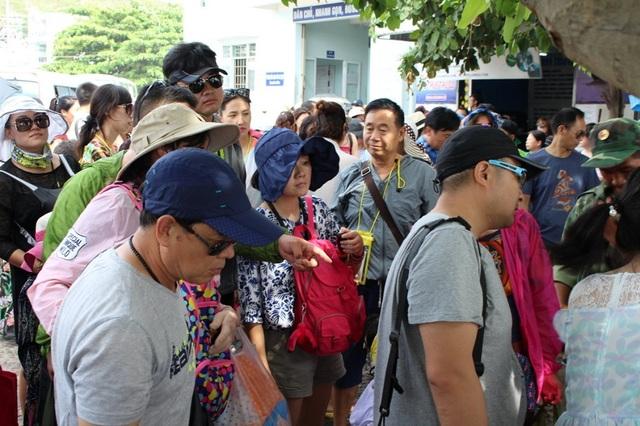 Du khách Trung Quốc đến Khánh Hòa đạt hơn 364.000 lượt trong 8 tháng, tăng gần 400% so với cùng kỳ năm ngoái.