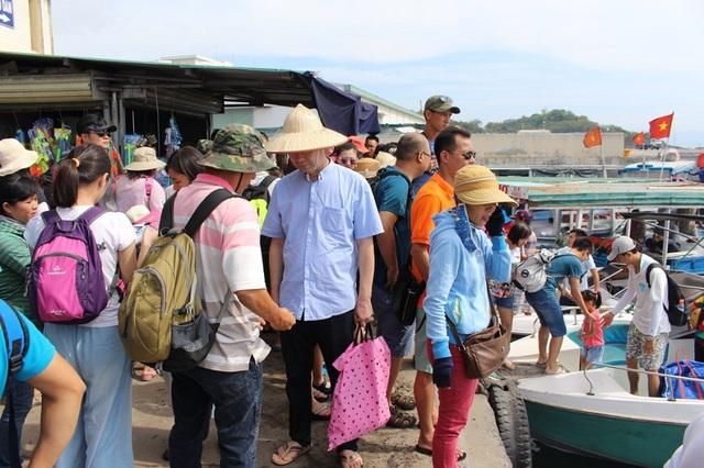 Du khách Trung Quốc ở bến tàu du lịch Cầu Đá (TP Nha Trang)