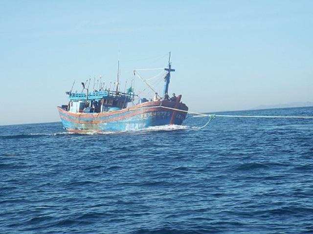 Một tàu cá ngư dân bị nạn trên biển Trường Sa được lai dắt về bờ - Ảnh: Viết Hảo