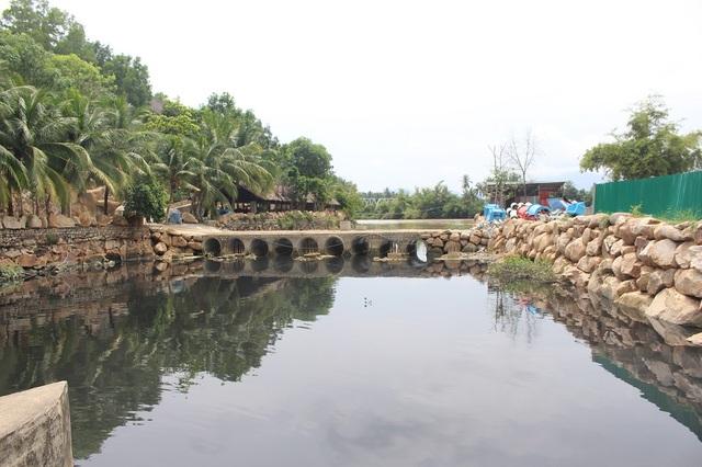 Khu vực đập Đồng Láng (xã Vĩnh Ngọc, TP Nha Trang) nước bốc mùi hôi, đen ngòm xả thẳng ra sông Cái trước khi đổ ra Vịnh Nha Trang