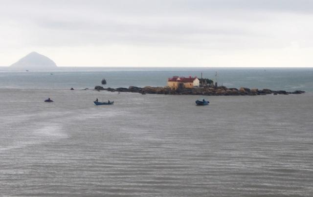 Các thuyền, ghe tổ chức tìm kiếm 2 cha con mất tích trên Vịnh Nha Trang