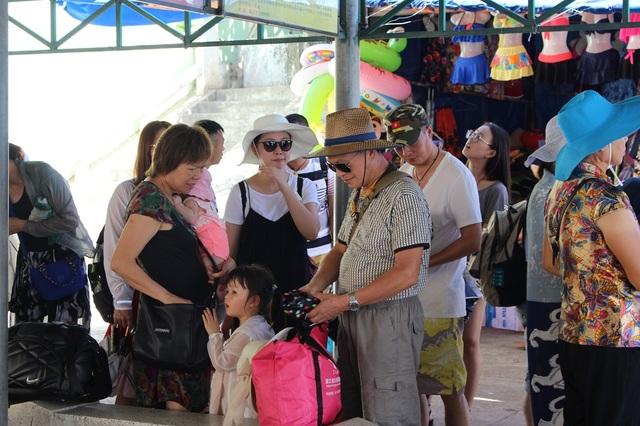 Du khách Trung Quốc tham quan ở TP Nha Trang, Khánh Hòa