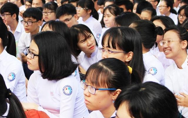 Nữ sinh trường THPT Chuyên Lê Quý Đôn (TP Nha Trang, Khánh Hòa) trong một giờ ngoài trời - Ảnh: Viết Hảo