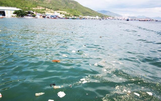 Vịnh Nha Trang, một trong 29 vịnh đẹp thế giới bị rác bủa vây