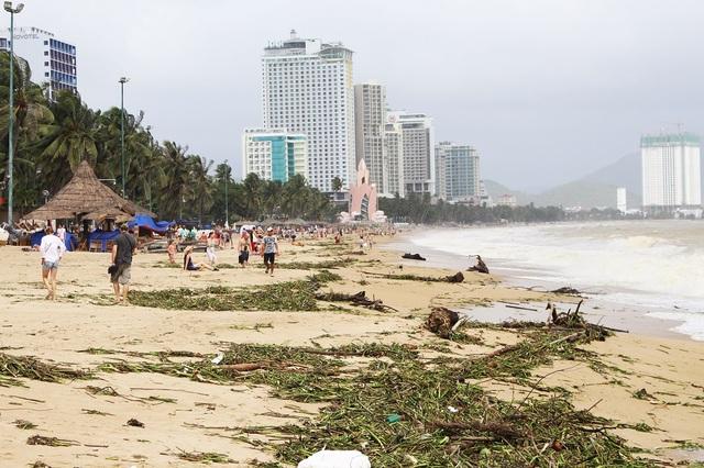 Bãi biển Nha Trang trưa 3/11 sau nhiều ngày có mưa lớn