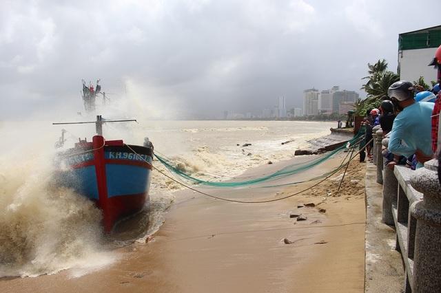 Tàu cá KH 96166-TS bị mắc cạn bên bờ Vịnh Nha Trang do nước lũ cuốn